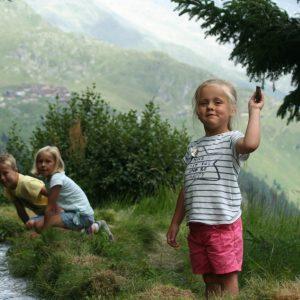 Spelen bij bergbeekjes