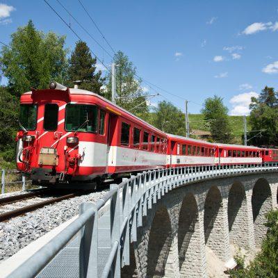 Gotthard bahn naar Zermatt. Vertrekt vanf het plein voor het treinstation in Brig